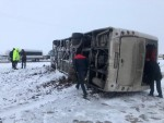 Diyarbakır'da servis midibüsü, karlı yolda devrildi: 11 yaralı